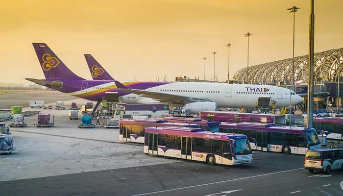 スワンナプーム空港でタイ航空の飛行機