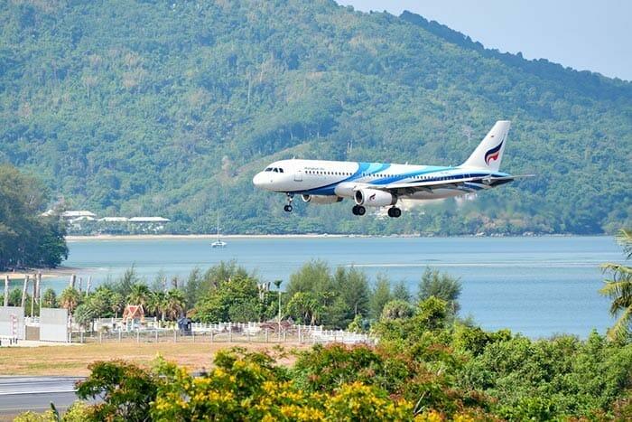 サムイ島に着陸するバンコク航空機