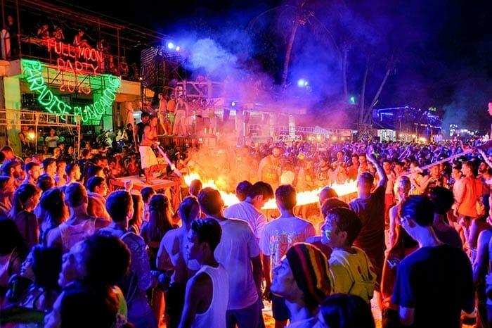 코사무이에서 코팡안의 보름달 파티 참여하기