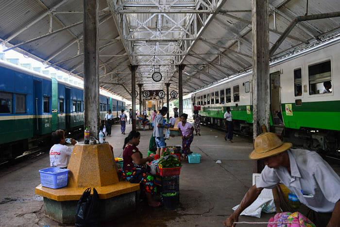 列車でヤンゴンからバガンへ