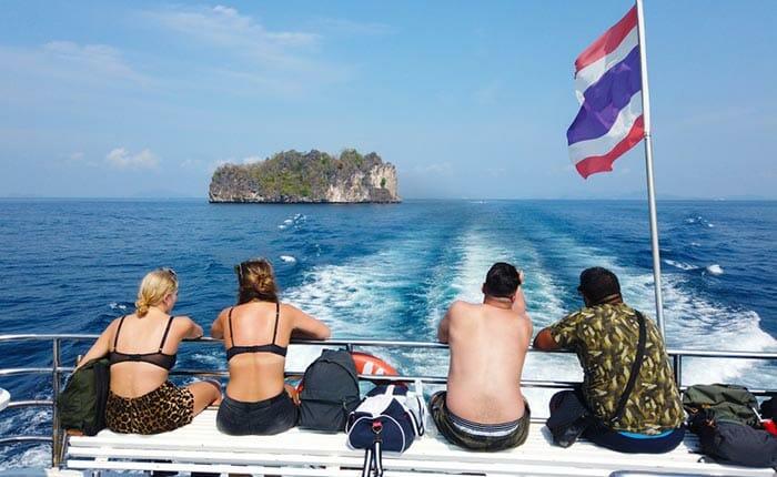 旅客フェリーでアオナンからランタ島まで