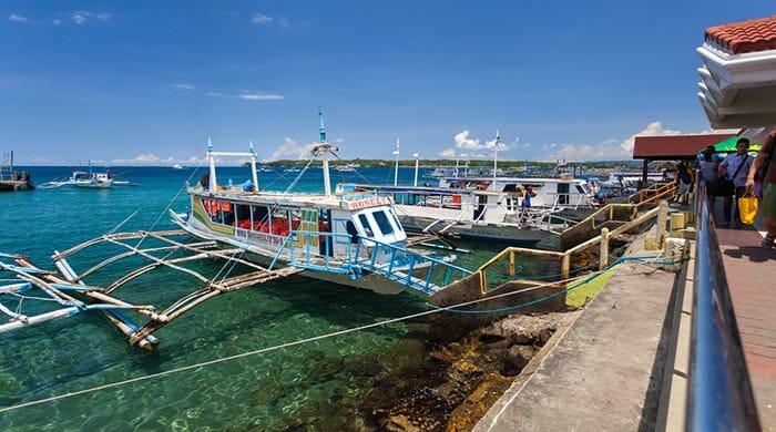 パッケージバン、フェリー、タクシーでカリボからボラカイ島へ