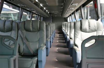 2+1 좌석이 배치된 VIP버스